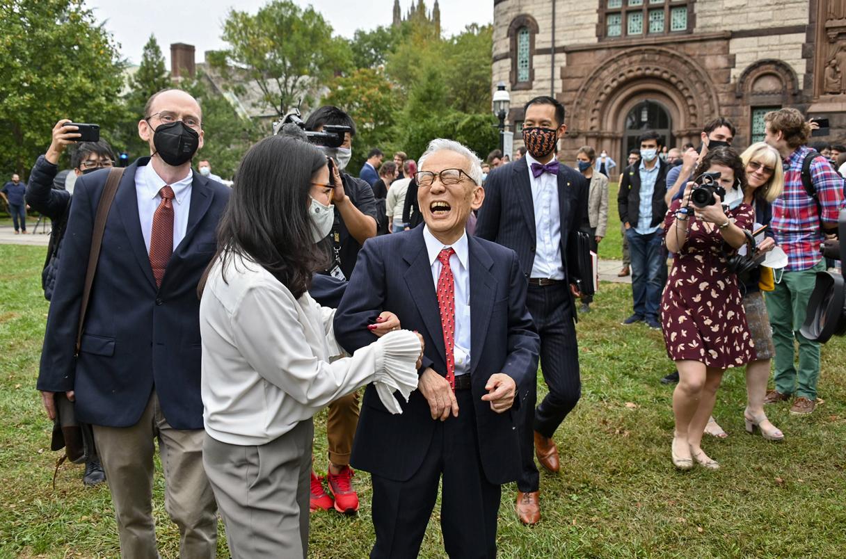 Syukuro Manabe camina entre una multitud por el campus de la Universidad de Princeton